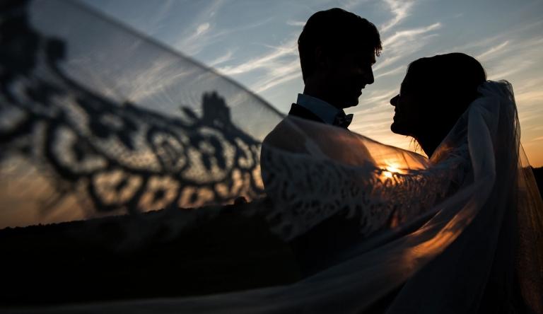 Trouwreportage, golden Hour, De Johanneshoeve, Buiten Gewoon, Trouwen, Bruidsofotografie, storyteller, zonsondergang, fotoshoot