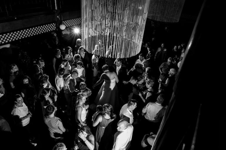 Trouwreportage, trouwen, twente, bruidsfotografie, bruid en bruidegom, Wierden, bruiloft, fotografie, verhalende foto's, Enschede, Volkspark,De Jaargetijden, Avondfeest, showband, Millennium