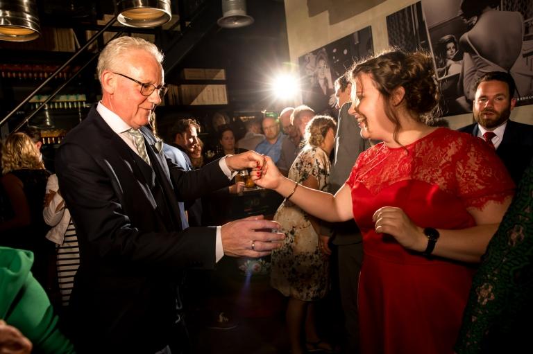 Trouwen in Twente, Twente, Bruidsfotografie, trouwen, bruid, bruidegom, trouwjurk, trouwfotograaf, verhalende foto's, Hengelo, Enschede, Juliantien, De Hazemeijer, Proeflokaal, Twentse bierbrouwerij