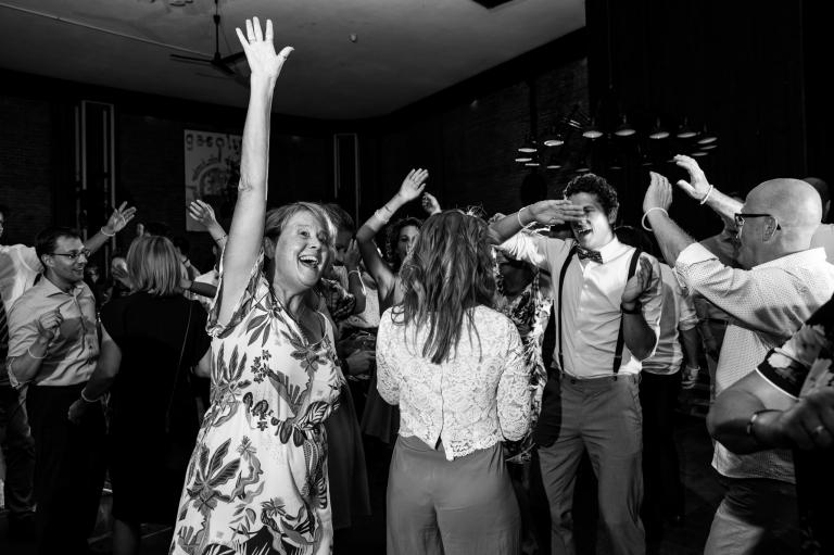 Trouwen, Simon en Renske, Nijmegen, Het fort, Trouwen in Nijmegen, trouwreportage, Bruidsfotograaf, Juliantien Schipper, Juliantien Fotografie, storyteller, momenten, Familie, flashmob